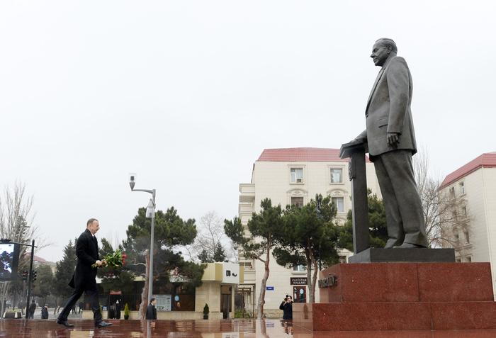 Ильхам Алиев посетил памятник Гейдару Алиеву в Сумгайыте - ФОТО