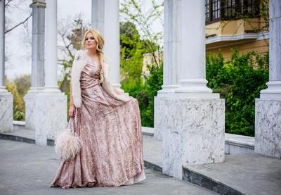Блондинка в вечернем  фото со спины