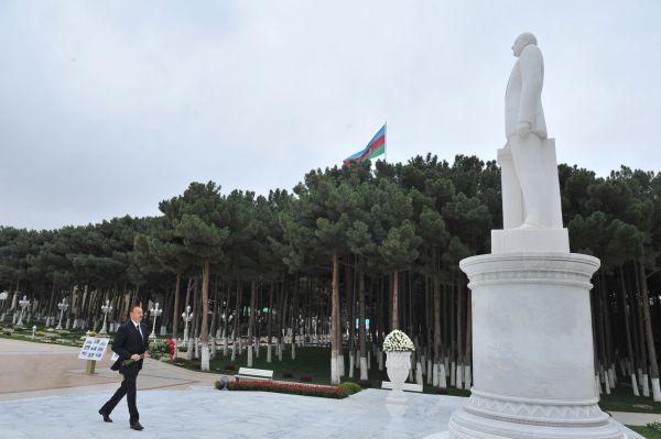 Ильхам Алиев посетил памятник Гейдару Алиеву в Хырдалане - ФОТО