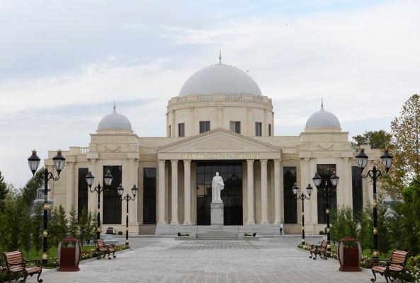 Ильхам Алиев посетил памятник Гейдару Алиеву в Геранбое - ФОТО