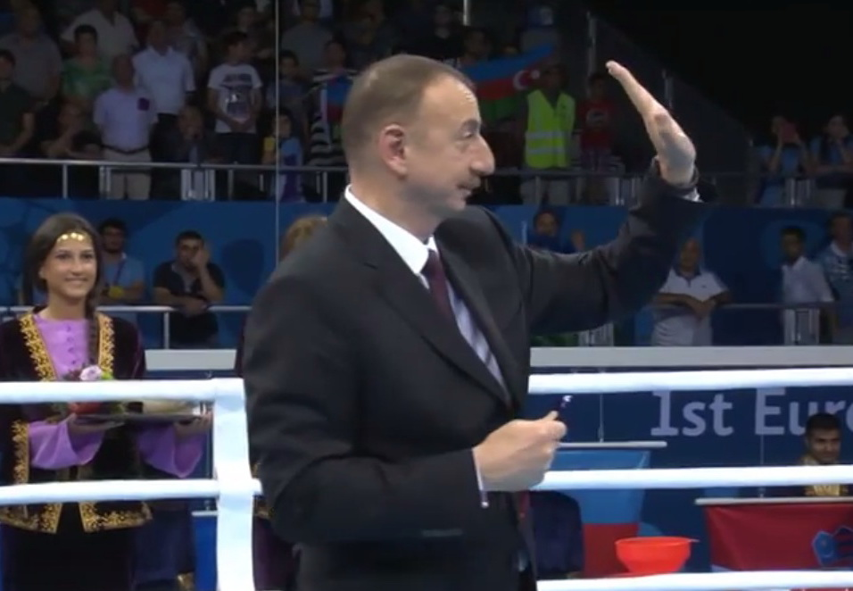 Спортивная этика: как Президент Ильхам Алиев попросил зрителей не освистывать армянского боксера во время церемонии награждения - ВИДЕО