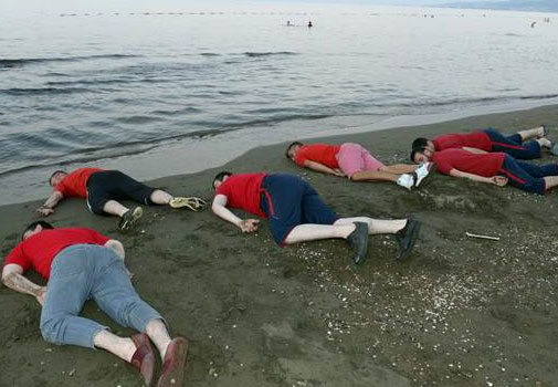 Группа турок притворились мертвыми, протестуя против гибели сирийского мальчика - ФОТО