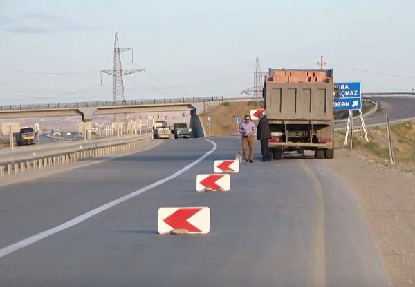 В Баку водитель грузовика «обокрал» дорогу – ВИДЕО