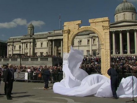 НаТрафальгарской площади встолице Англии возвели модель пальмирской Триумфальной арки