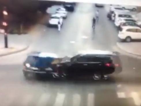 В Баку роскошный внедорожник протаранил нарушителя на светофоре - ВИДЕО