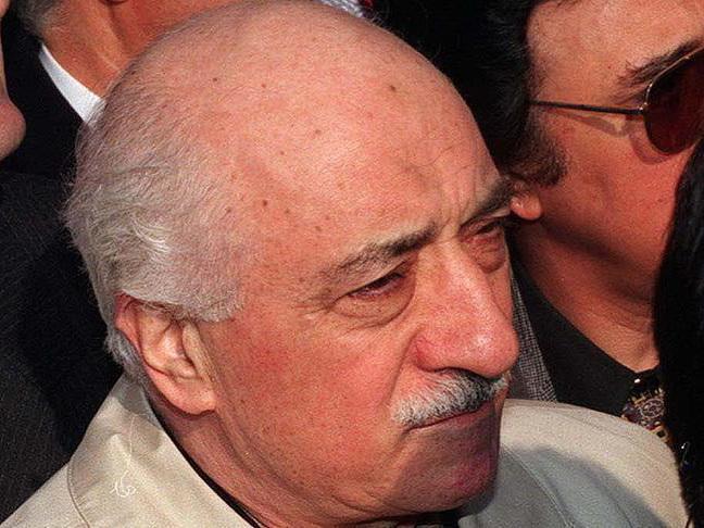 Гюлен осудил выдачу ордера на собственный арест: Эрдоган все дальше отдемократии