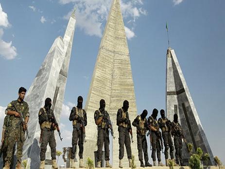 Исламские террористы захватили 2 тысячи заложников при отступлении изсирийского Манбиджа