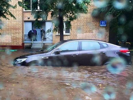 Река вышла изберегов, около 200 человек эвакуированы— Москва плывет