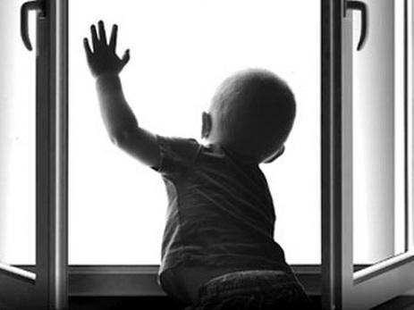 Трехлетний ребенок выпал из окна 11 этажа и выжил