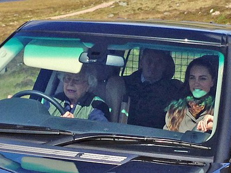 ЕлизаветаII прокатила Кейт Миддлтон наRange Rover