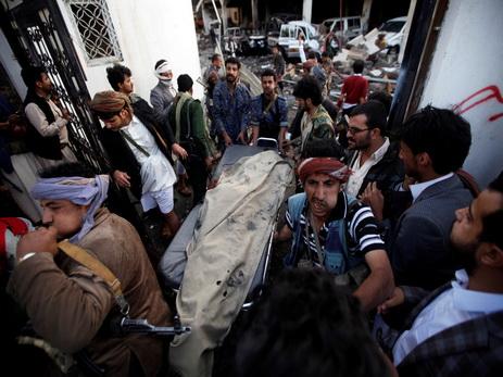 Граждане столицы Йемена вышли надемонстрацию после авиаудара потраурной церемонии