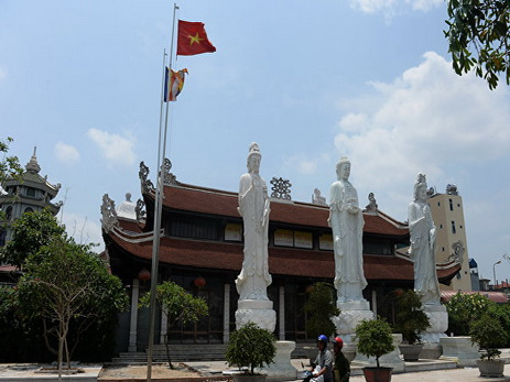 Не менее 13 человек живьем сгорели вкараоке-баре Вьетнама