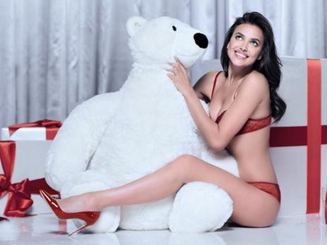 Ирина Шейк вкрасном белье снялась врождественской фотосессии