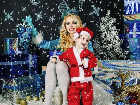 Наина Ибрагимова в образе Снегурочки с сыном Аленом – ФОТО