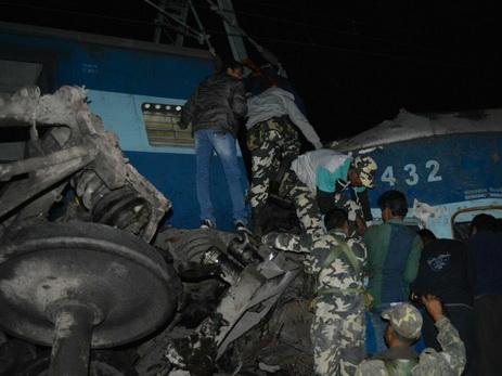 Катастрофа вИндии: поезд сошел рельсов, 100 погибших