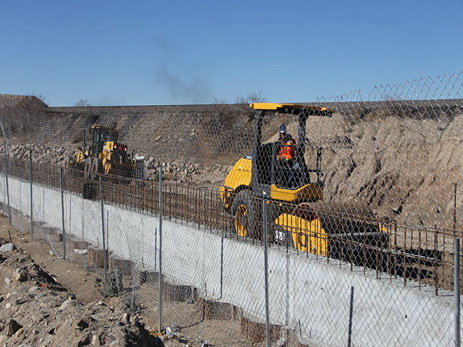 Мексиканцы создали «живую стену» награнице сСША