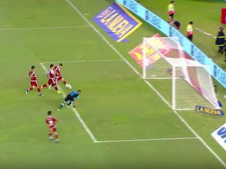 ВАргентине футболист несмог забить впустые ворота снескольких метров