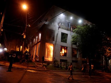 Встолице Парагвая участники протеста подожгли сооружение конгресса