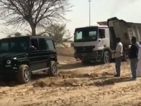 Дубайский принц наGelandewagen помог вытянуть фургон изпеска