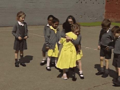 Дети трогательно отреагировали на приятельницу, пришедшую вшколу спротезом