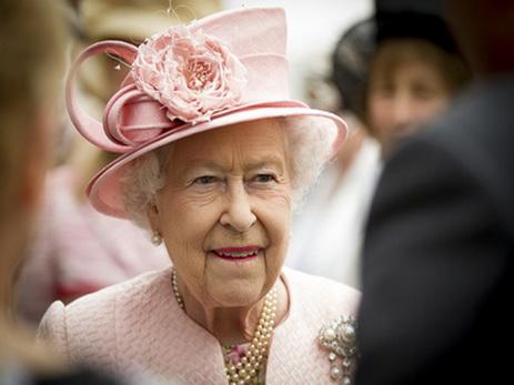 Королева Елизавета замечена зарулем автомобиля подороге вцерковь