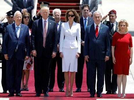 Мелания Трамп отказалась держать мужа руку во время официального визита