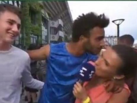 Теннисиста выгнали сРолан Гаррос запоцелуй журналистки