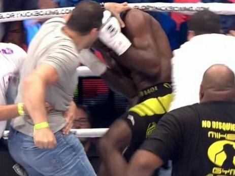 Армяне избили кикбоксера прямо на ринге после того, как он отправил в нокаут их соотечественника – ВИДЕО