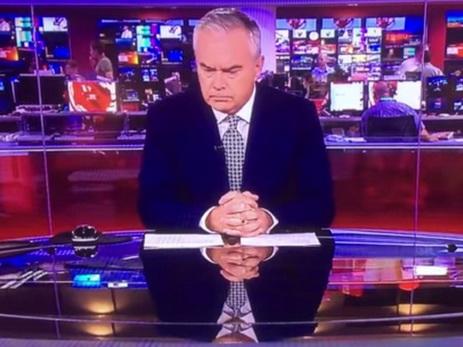 «Срочный выпуск» BBC схмурым молчащим ведущим смутил британцев