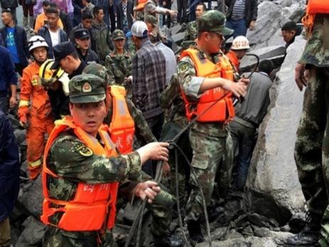 Более сотни человек накрыло оползнем в Китае