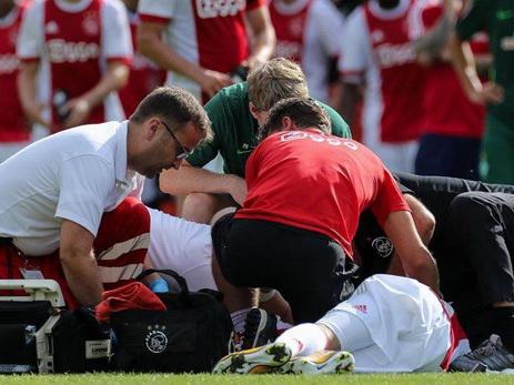 Футболист «Аякса» потерял сознание вовремя матча ибыл госпитализирован навертолете