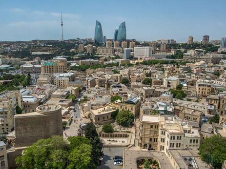Баку – одно из популярных направлений отдыха для российских туристов в августе