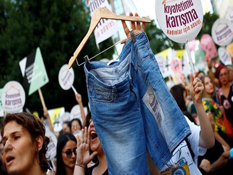 ВТурции женщины требуют разрешения носить джинсовые шорты