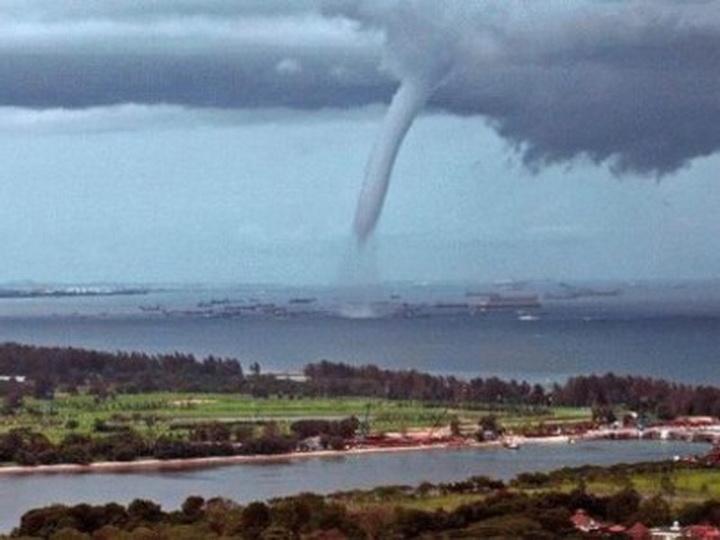 Кюгу Японии приближается сильный тайфун «Нору»