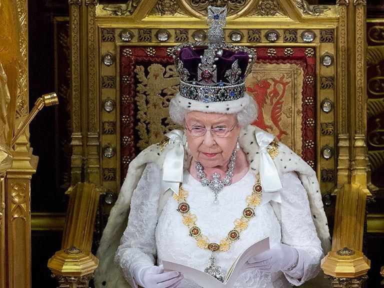 В Великобритании пишут оботречении отпрестола королевы ЕлизаветыII