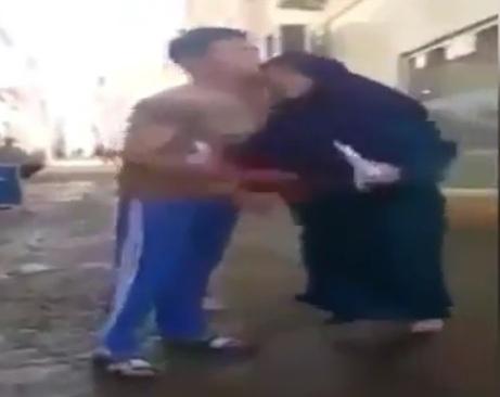 Ana əsəbiləşdiyi oğluna kəllə atdı – VİDEO