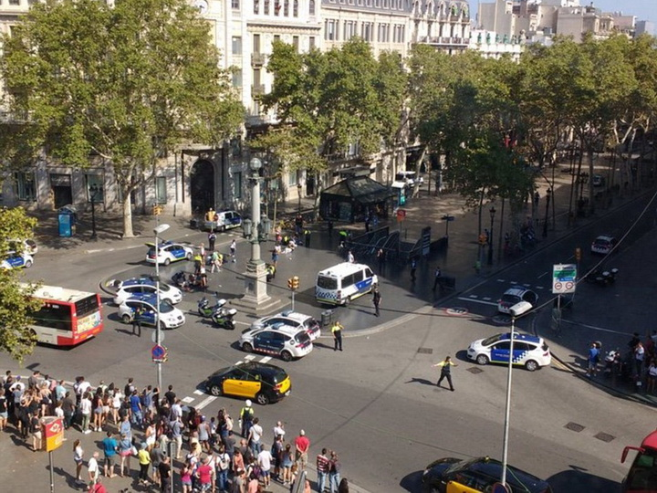 Неменее 20 человек пострадали при наезде напешеходов вБарселоне