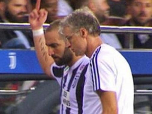 Игуаин показал средний палец фанатам «Барселоны» во время матча - ВИДЕО