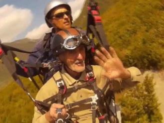 Впервые в Азербайджане: 75-летний дедушка прыгнул с парашютом - ВИДЕО