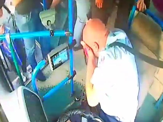 Распространены новые видеокадры избиения водителя автобуса в Баку – ВИДЕО - ОБНОВЛЕНО