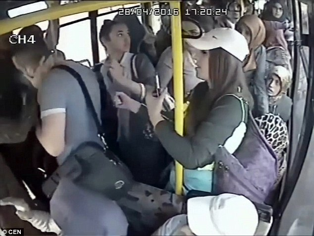 лапают афтобусе в как женщин