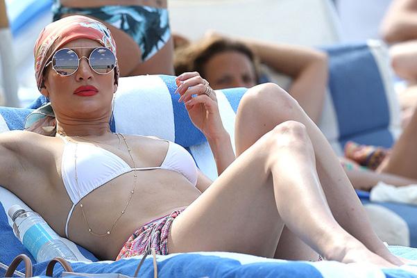 Дженнифер Лопес отдыхает на пляже в Майами - ФОТО - 1NEWS.AZ: http://www.1news.az/bomond/hollywood/20160509103817264.html
