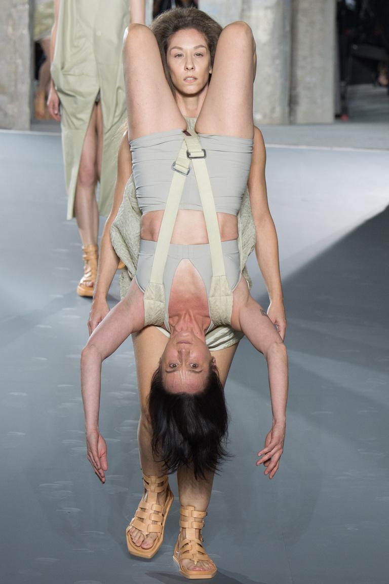 Показ мод женщин 83