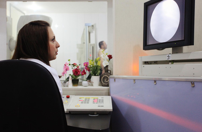 Русская медсестра развлекается над пациентом 9 фотография